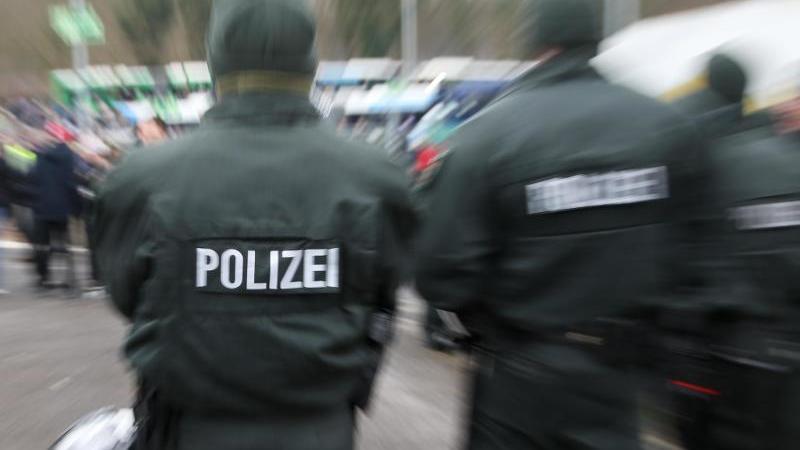 symbolbild-polizeieinsatz-bei-einem-fuballspiel