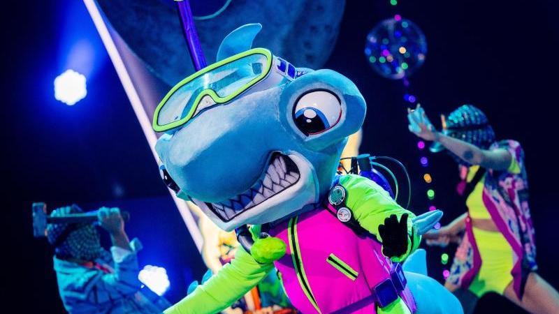 die-figur-der-hammerhai-steht-in-der-prosieben-show-the-masked-singer-auf-der-buhne-foto-rolf-vennenbernddpa
