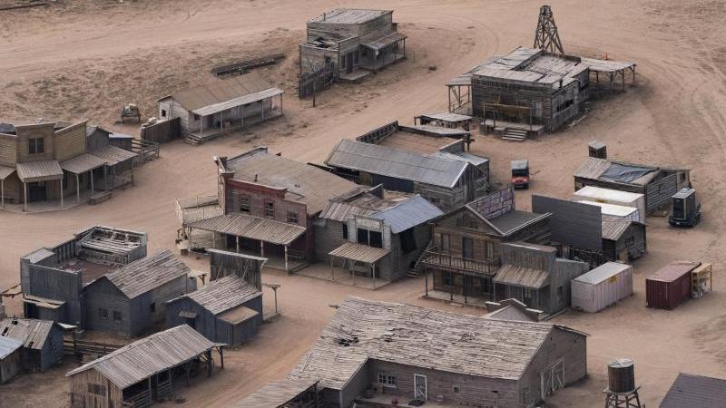 diese-luftaufnahme-zeigt-die-bonanza-creek-ranch-nach-dem-todlichen-schuss-aus-einer-requisitenwaffe-auf-die-chef-kamerafrau-am-set-eines-westerns-foto-jae-c-hongapdpa