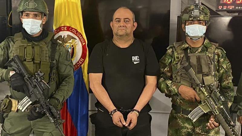 auf-diesem-vom-presseburo-des-kolumbianischen-prasidenten-veroffentlichten-foto-steht-einer-der-meistgesuchten-drogenbosse-des-landes-dairo-antonio-usuga-m-alias-otoniel-chef-des-sogenannten-golfclans-auf-einem-militarstutzpunkt-foto-uncreditedc