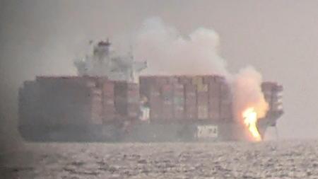 die-flammen-schieen-aus-dem-containerschiff-vor-der-kanadischen-kuste