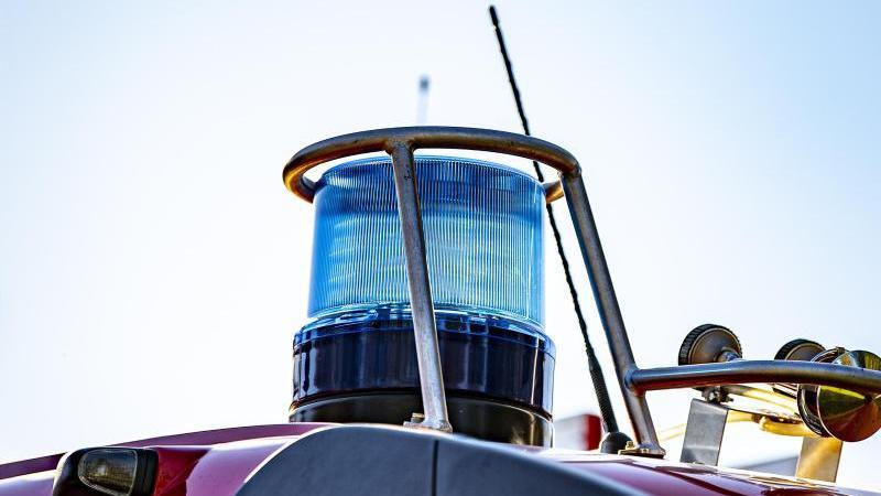 blaulicht-auf-dem-dach-eines-einsatzfahrzeugs-der-feuerwehr-foto-david-inderlieddpasymbolbild