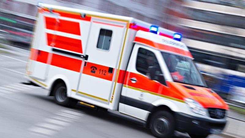 ein-rettungswagen-ist-mit-eingeschaltetem-blaulicht-im-einsatz-foto-nicolas-armerdpasymbolbild