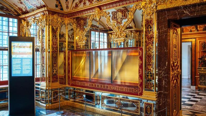 die-ausgeraubte-vitrine-im-juwelenzimmer-des-historischen-grunen-gewolbes-im-residenzschloss-in-dresden-foto-oliver-killigdpa-zentralbilddpaarchivbild