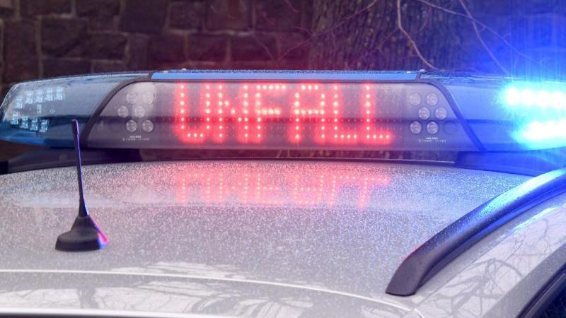 ein-polizeiwagen-steht-an-einer-unfallstelle-foto-carsten-rehderdpasymbolbild
