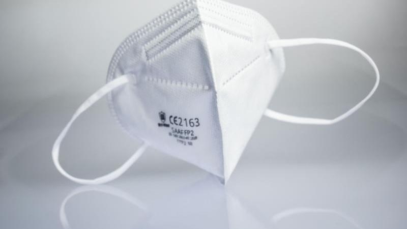 eine-ffp2-maske-liegt-auf-einem-leuchttisch-foto-frank-rumpenhorstdpaillustration