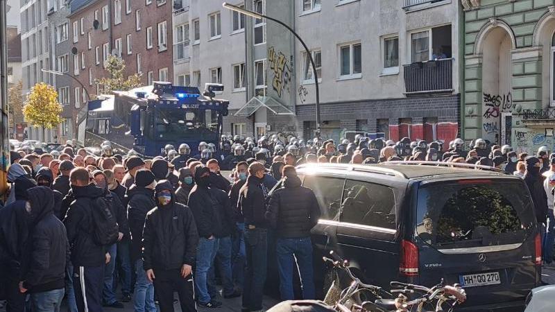 polizisten-stehen-rostocker-fans-in-der-detlev-bremer-strae-gegenuber