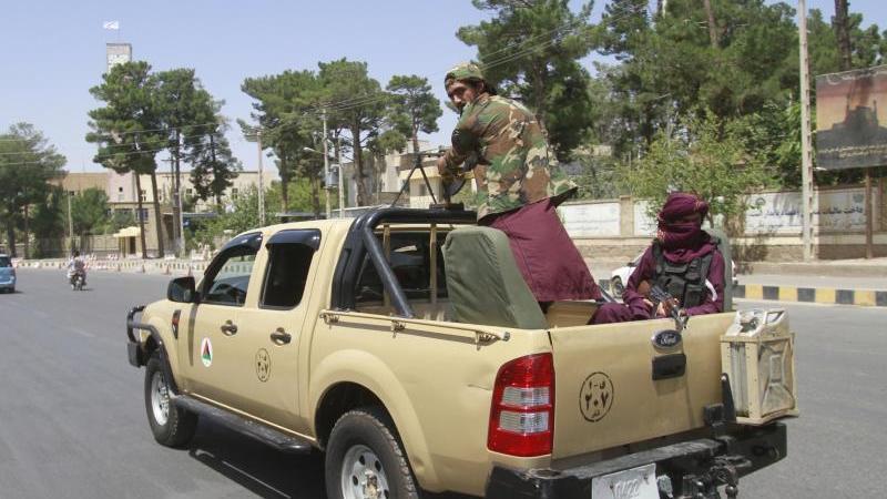 taliban-kampfer-patrouillieren-in-der-stadt-herat-foto-hamed-sarfaraziapdpaarchiv