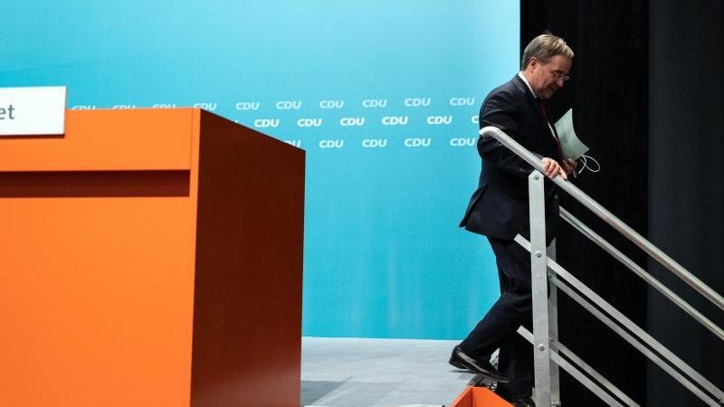 armin-laschet-ehemaliger-landesvorsitzender-der-cdu-in-nordrhein-westfalen-verlasst-eine-buhne-foto-bernd-thissendpa