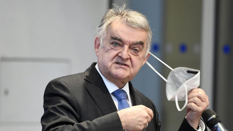 herbert-reul-cdu-innenminister-von-nordrhein-westfalen-nimmt-seine-maske-ab-foto-roberto-pfeildpaarchivbild