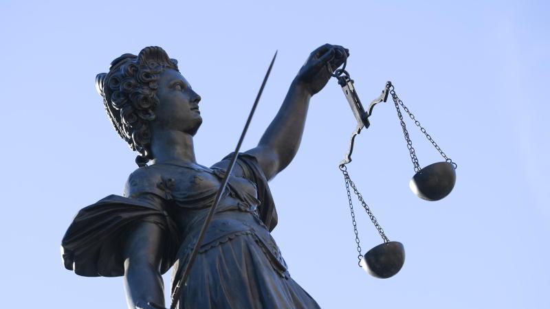 eine-statue-der-justitia-steht-unter-freiem-himmel-foto-arne-dedertdpasymbolbild