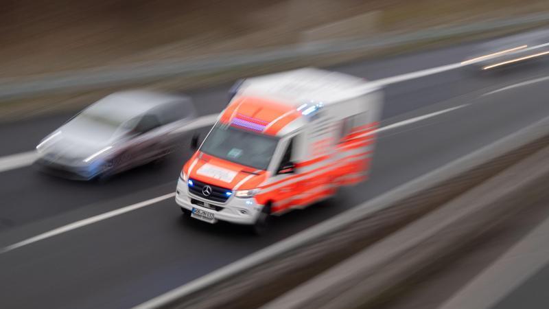 ein-rettungswagen-fahrt-uber-eine-autobahn-foto-julian-stratenschultedpasymbolbild