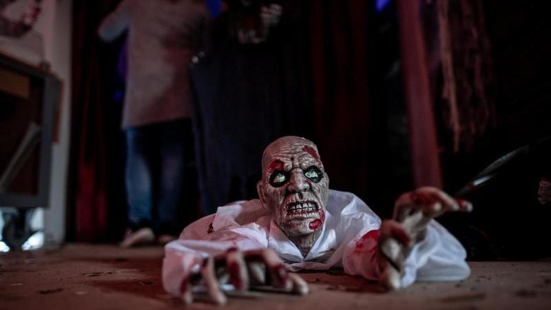 eine-zombie-puppe-liegt-auf-dem-boden-am-eingang-zum-laybrinth-foto-fabian-strauchdpaarchivbild