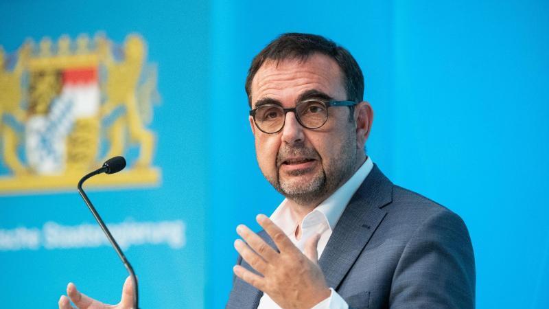 klaus-holetschek-csu-gesundheitsminister-von-bayern-spricht-foto-matthias-balkdpaarchivbild