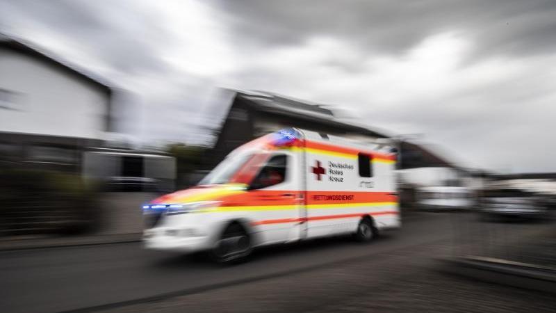ein-rettungswagen-fahrt-uber-die-strae-foto-boris-roesslerdpasymbolbild