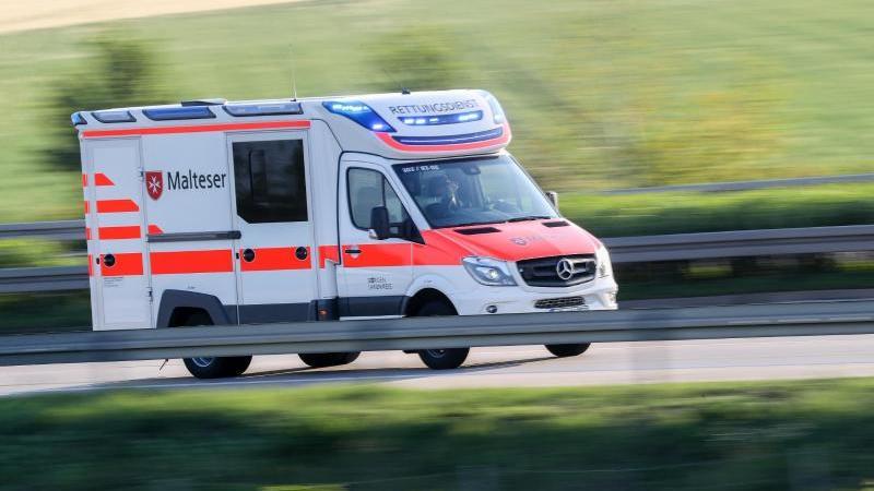 ein-rettungswagen-fahrt-eine-strae-entlang-foto-jan-woitasdpa-zentralbilddpasymbolbild