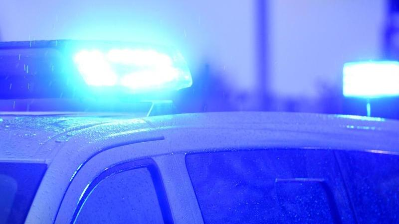 blaulichter-leuchten-auf-dem-dach-eines-polizeifahrzeugs-foto-carsten-rehderdpasymbolbild