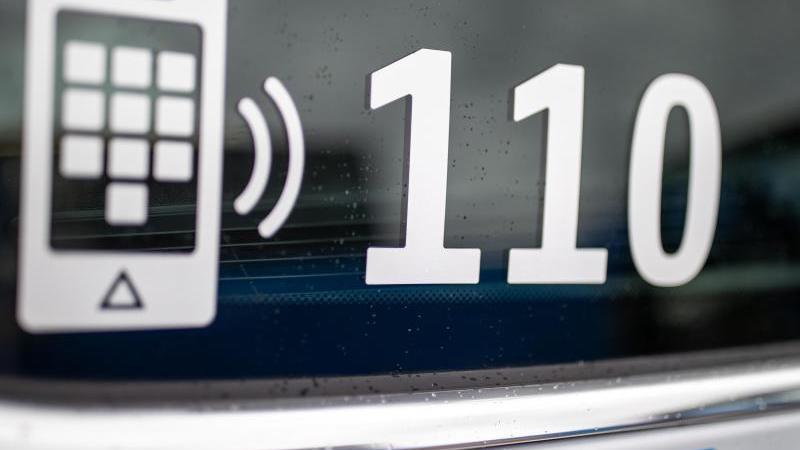 der-nummer-des-polizeinotrufs-110-steht-auf-der-scheibe-eines-polizeifahrzeugs-foto-daniel-karmanndpasymbolbild