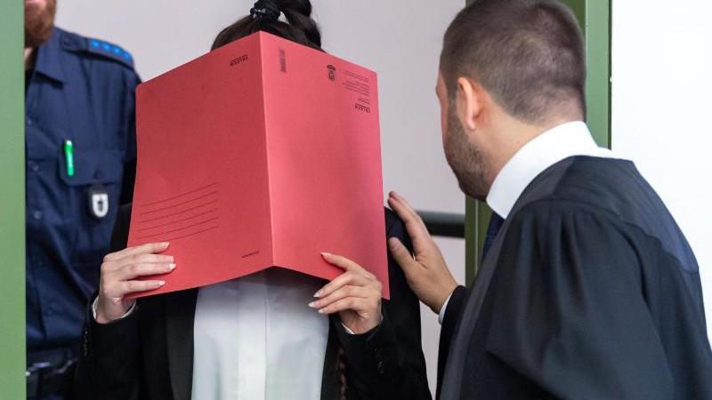 die-angeklagte-mit-ihrem-anwalt-foto-peter-kneffeldpaarchivbild