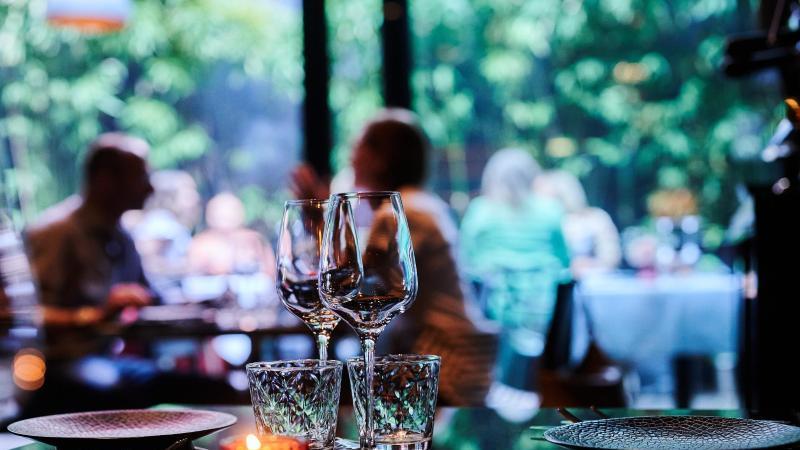 gaste-sitzen-im-auenbereich-eines-restaurants-foto-annette-riedldpasymbolbild