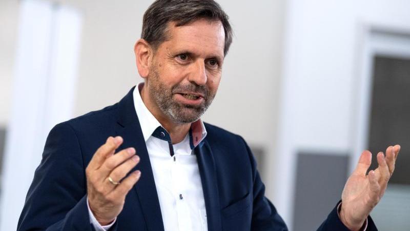 olaf-lies-spd-umweltminister-von-niedersachsen-spricht-foto-sina-schuldtdpaarchivbild