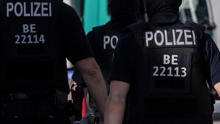 berliner-polizisten-gehen-uber-eine-strae-foto-paul-zinkendpasymbolbild