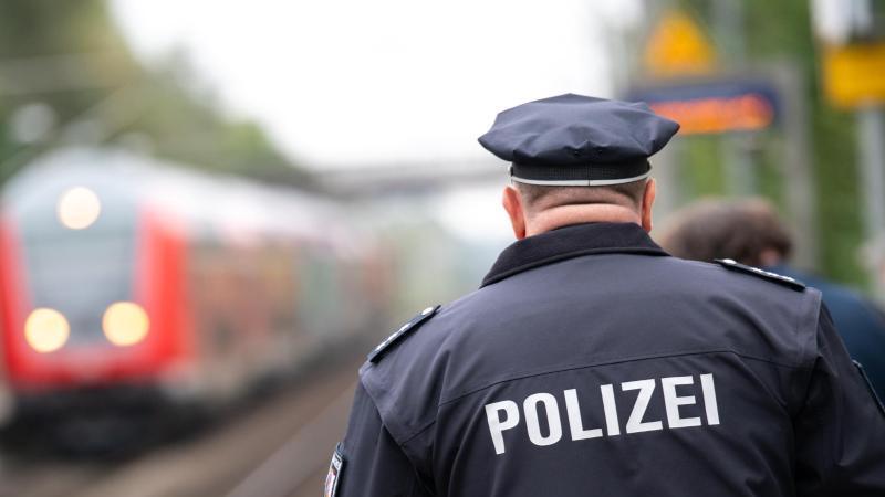ein-polizist-lauft-uber-einen-bahnsteig-foto-jonas-walzbergdpasymbolbild