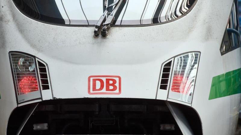 das-logo-der-deutschen-bahn-ist-auf-der-front-eines-ice-zu-sehen-foto-bernd-thissendpasymbolbild