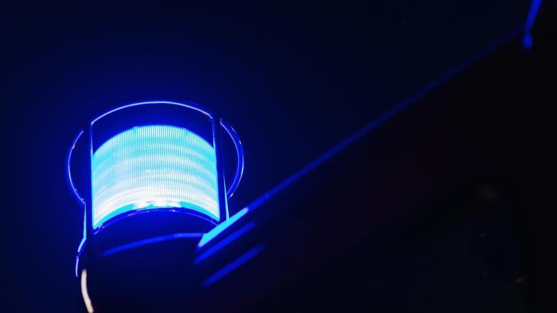das-blaulicht-leuchtet-auf-dem-dach-eines-feuerwehrfahrzeugs-foto-philipp-von-ditfurthdpasymbolbild