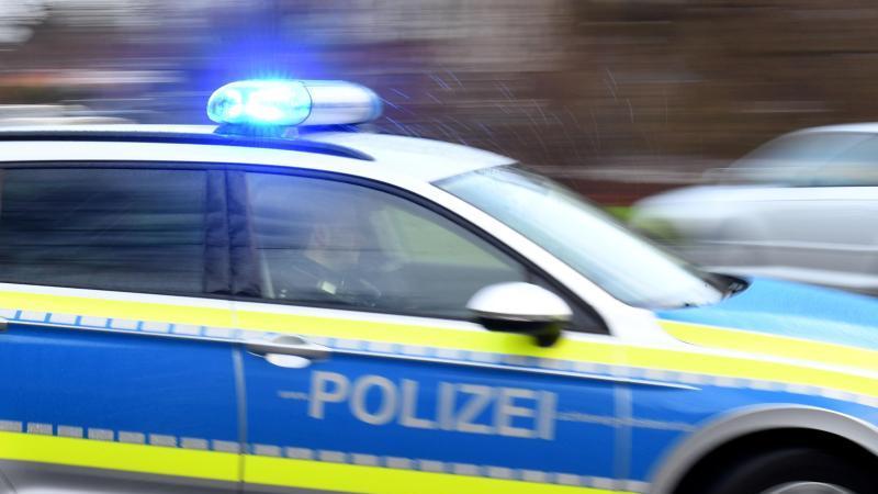 ein-streifenwagen-mit-eingeschaltetem-blaulicht-fahrt-auf-einer-strae-foto-carsten-rehderdpasymbolbild