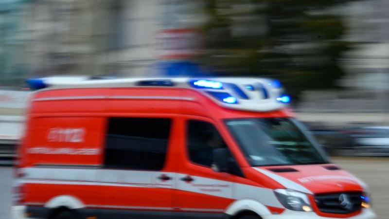 ein-rettungsfahrzeug-der-feuerwehr-ist-im-einsatz-foto-jens-buttnerdpa-zentralbildzbsymbolbild