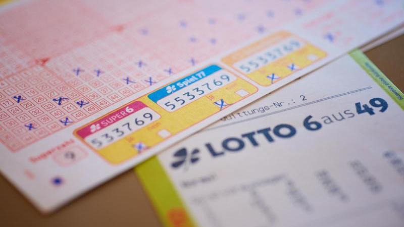 lottoscheine-liegen-auf-dem-tisch-foto-schlag-und-roywestlottoobsarchivbild