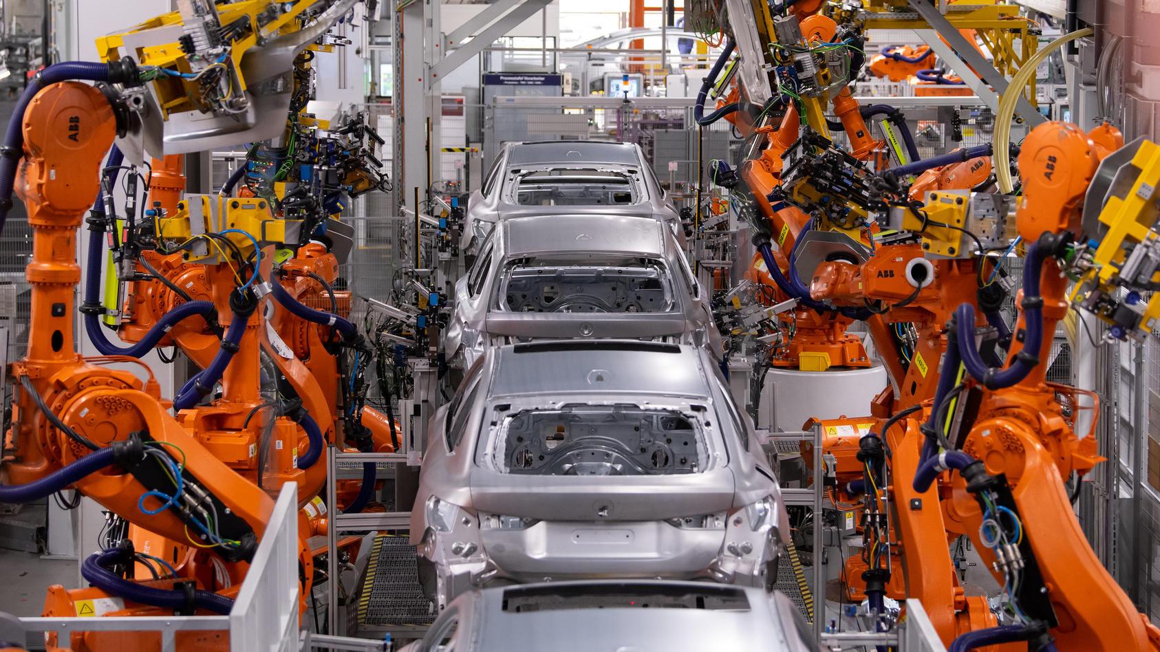 in-der-serienproduktion-des-bmw-i4-bauen-hauptsachlich-roboter-die-fahrzeuge-zusammen