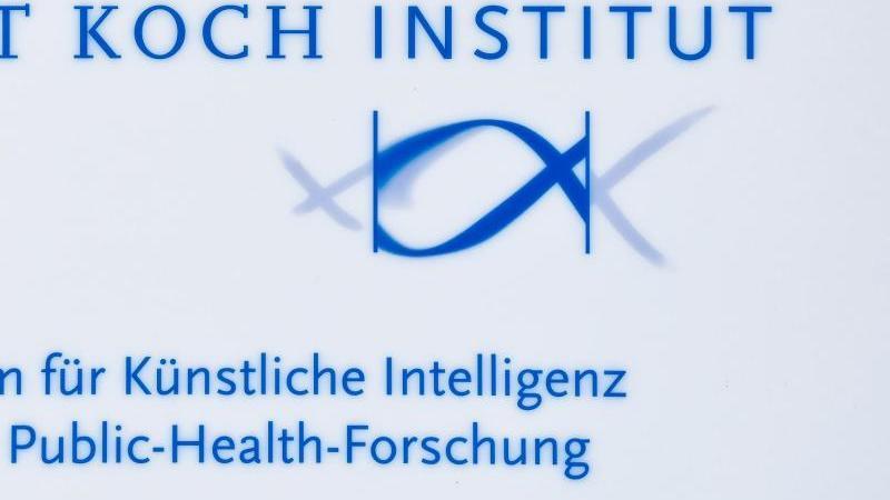 das-logo-vom-zentrum-fur-kunstliche-intelligenz-in-der-public-health-forschung-am-robert-koch-institut-foto-patrick-pleuldpa-zentralbildzbarchivbild