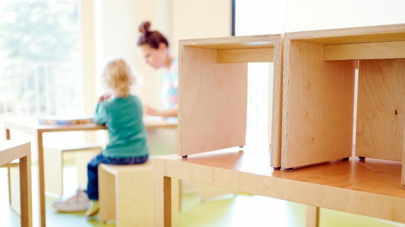 eine-erzieherin-und-ein-kind-spielen-in-einem-stadtischen-kindergarten-foto-uwe-anspachdpasymbolbild