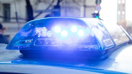 die-polizei-nahm-den-lebensgefahrten-der-mutter-fest-symbolbild