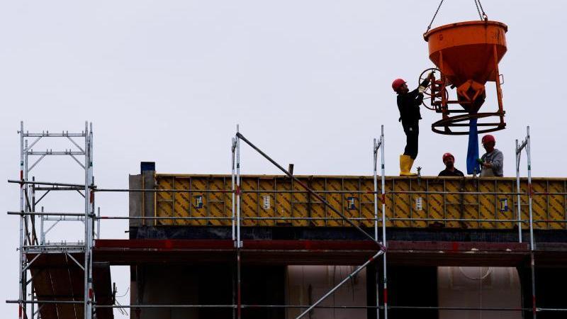 arbeiter-stehen-auf-einer-baustelle-eines-wohngebaudes-foto-soeren-stachedpa-zentralbilddpasymbolbild