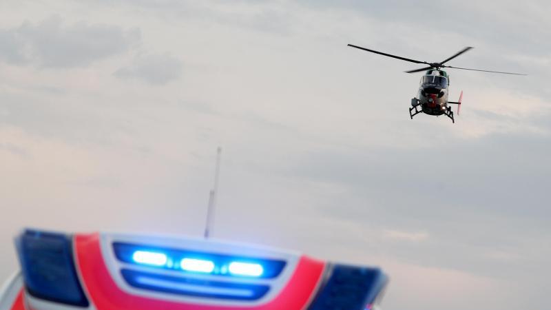 ein-hubschrauber-fliegt-uber-einem-rettungswagen-zu-einem-unfallort-foto-jan-woitasdpa-zentralbilddpasymbolbild