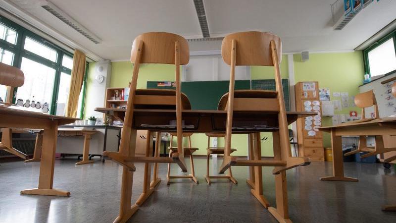 Ein leeres Klassenzimmer an einer Grundschule. Foto: Sebastian Gollnow/dpa/Symbolbild