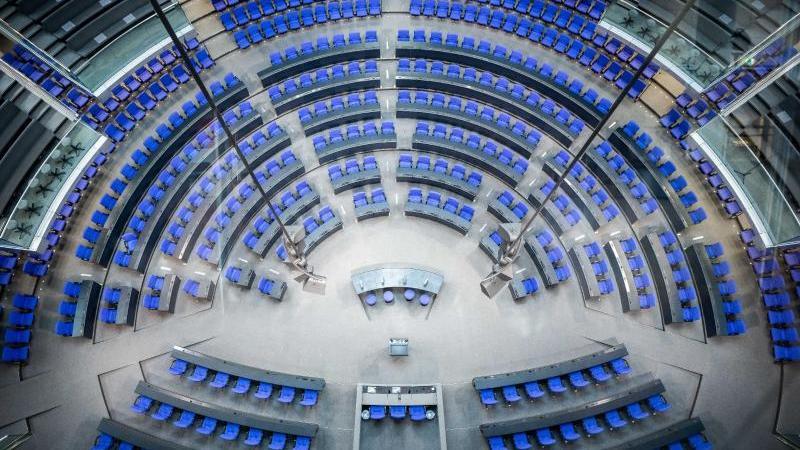 blick-in-den-plenarsaal-des-deutschen-bundestag-mit-der-neuen-sitzverteilung-fur-die-20-legislaturperiode-foto-michael-kappelerdpa