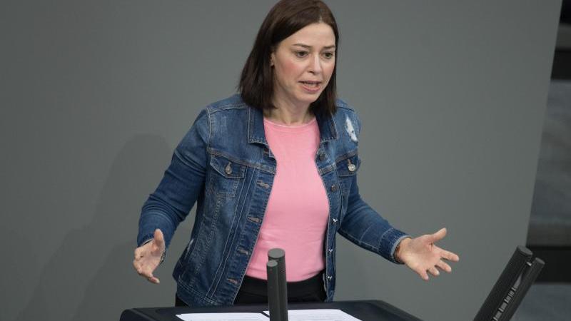 cdu-politikerin-yvonne-magwas-spricht-bei-einer-plenarsitzung-des-deutschen-bundestages-foto-jorg-carstensendpaarchivbild