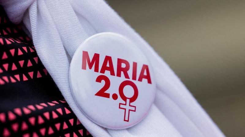 ein-mitglied-der-initiative-maria-20-tragt-einen-anstecker-der-bewegung-foto-rolf-vennenbernddpaarchiv