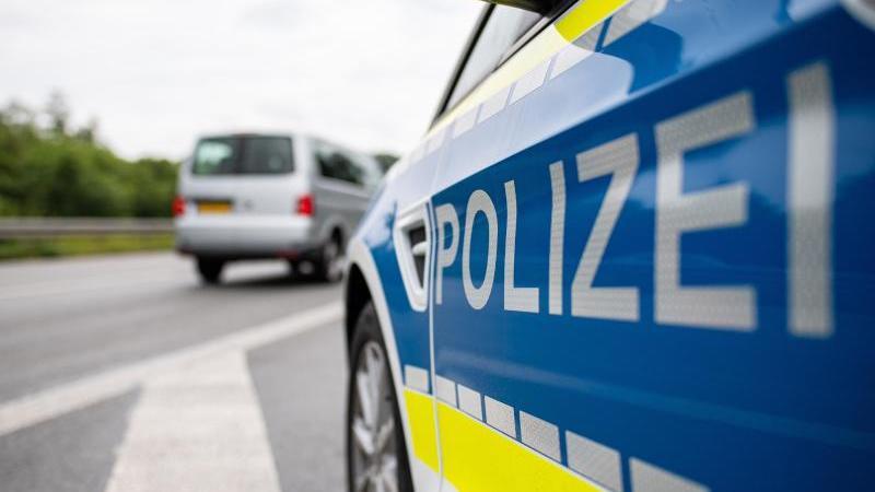 ein-streifenwagen-der-polizei-steht-auf-einer-strae-foto-guido-kirchnerdpasymbolbild