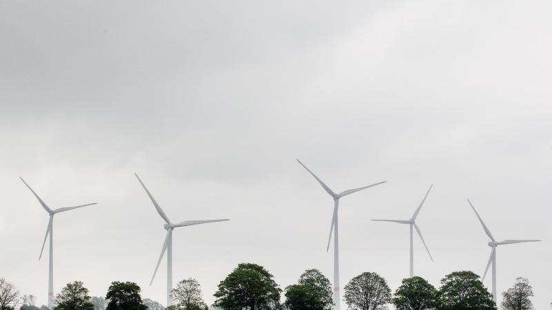 windkraftanlagen-hinter-feldern-foto-roland-weihrauchdpasymbolbild