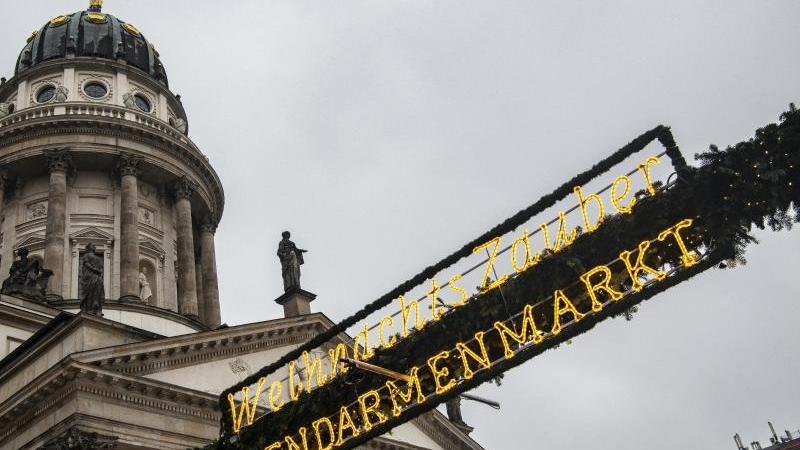 eine-dekoration-mit-der-aufschrift-weihnachtszauber-gendarmenmarkt-hangt-uber-einem-der-eingange-foto-paul-zinkendpaarchiv
