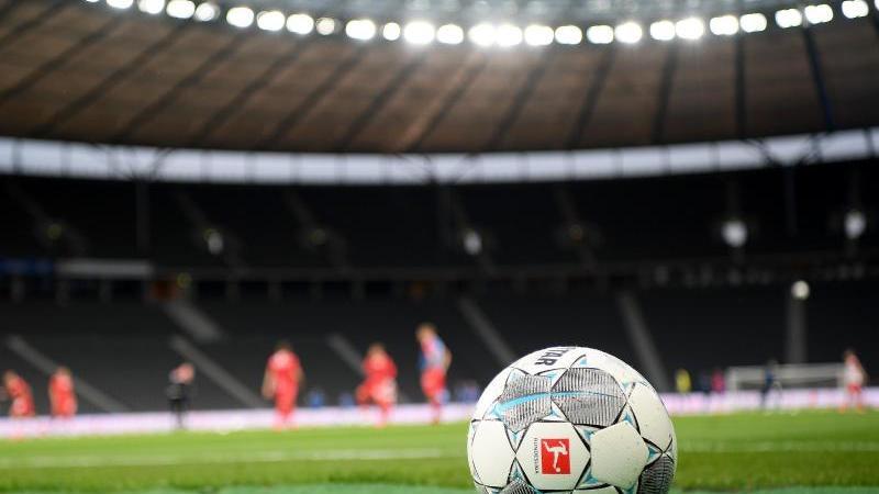 ein-fuball-liegt-auf-dem-rasen-foto-stuart-franklingetty-images-europepooldpasymbolbild