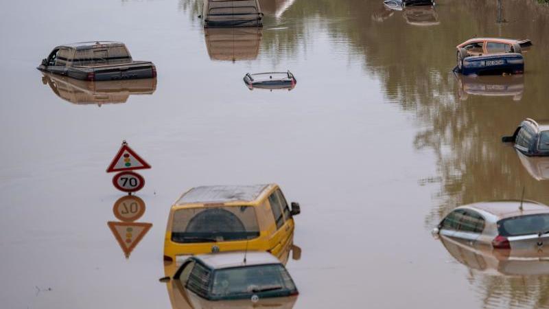 autos-stehen-mitte-juli-auf-der-uberfluteten-bundesstrae-265-im-wasser-foto-marius-beckerdpaarchivbild