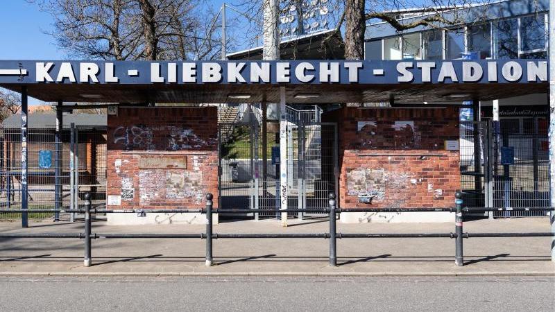 der-eingang-zum-karl-liebknecht-stadion-im-stadtteil-babelsberg-foto-soeren-stachedpa-zentralbildzbarchiv