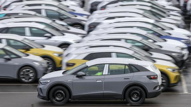 der-anhaltende-mangel-an-halbleitern-lasst-bei-den-autoherstellern-die-produktion-stocken-foto-jan-woitasdpa-zentralbilddpa