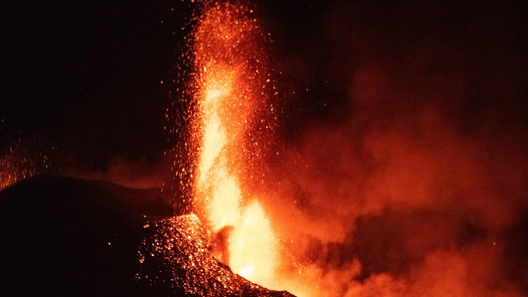 riesige-lavastrome-la-palma-vulkan-wird-intensiver